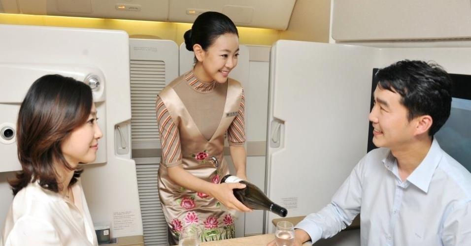 Os passageiros da primeira classe que optam pelas cabines fechadas podem ser servidos com um jantar completo para duas pessoas (Asiana Airlines)