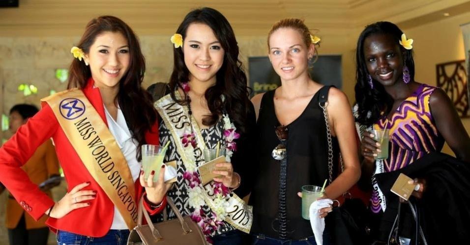 3.set.2013 - As candidatas de Cingapura, Indonésia, Bulgária e Sudão do Sul fazem pose para foto ao chegar na Indonésia, país sede do Miss Mundo 2013