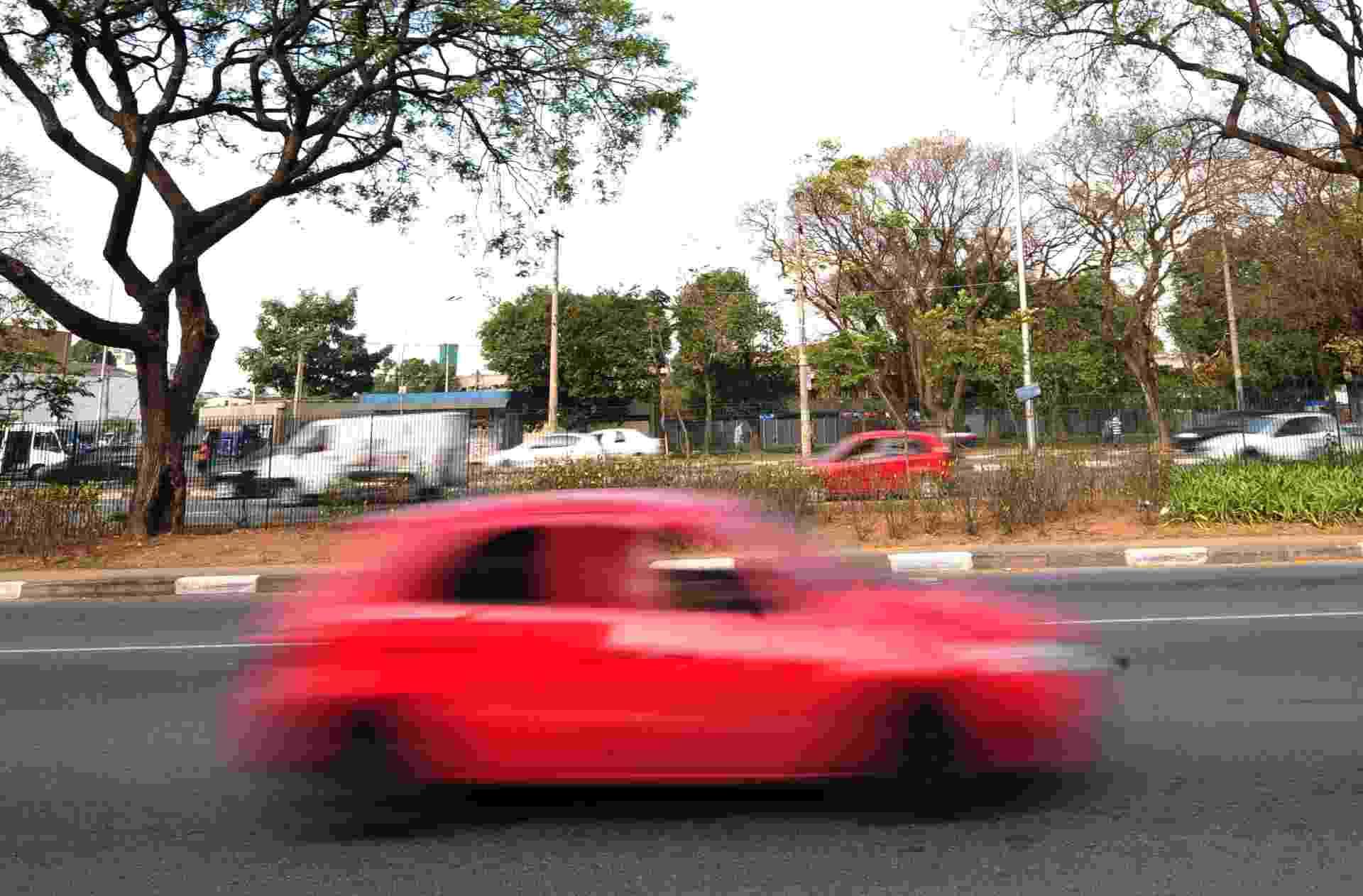 3.set.2013 - O excesso de velocidade é a principal infração de trânsito na cidade de São Paulo. Nos sete primeiros meses de 2013 a CET (Companhia de Engenharia de Tráfego) registrou 1.765.361 multas - Junior Lago/UOL