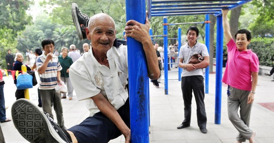 3.set.2013 - Yang Shiguang, 77, realiza acrobacias em um parque em Xi'an, província de Shaanxi, na China, nesta terça-feira (3). Yang é membro de um clube de dublês performáticos desde 2007, depois de se aposentar