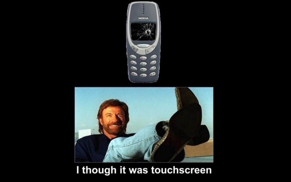 Acima, só mesmo Chuck Norris para conseguir causar estrago no celular. ''Achei que era touchscreen''