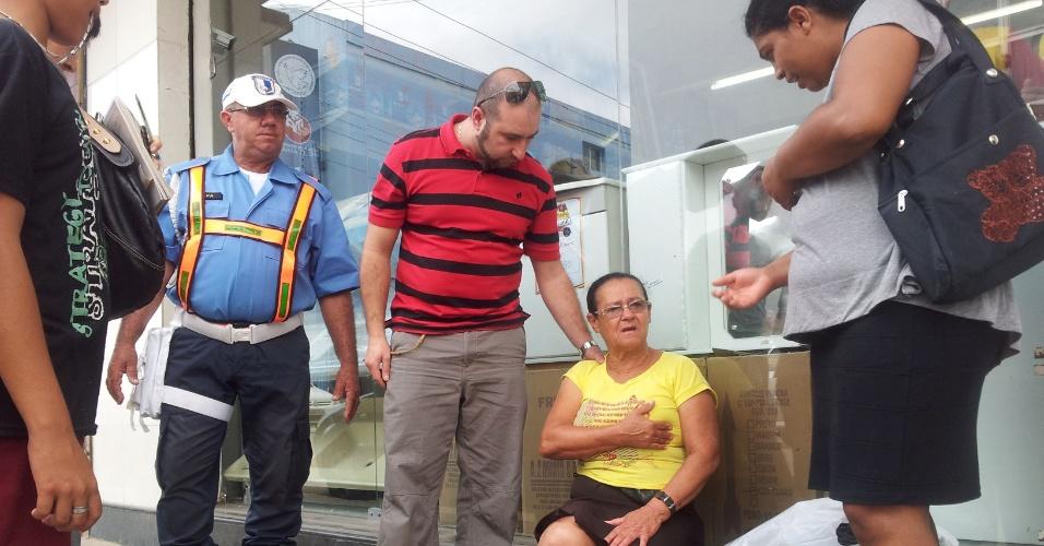 O médico uruguaio Gonzalo Lacerda Casaman, 31, que frequenta o curso do Mais Médicos em PE, atende a vendedora Helena Paulina de Araújo, 63, atropelada por uma motocicleta