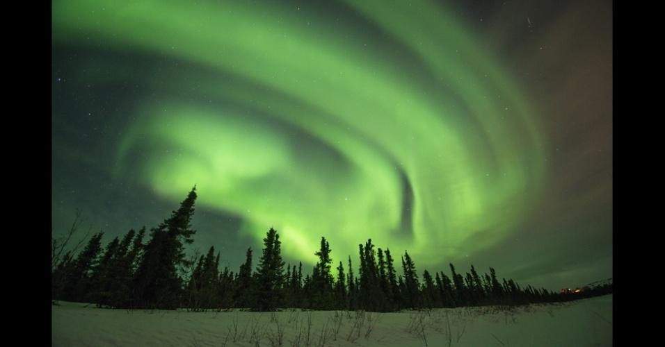 4.set.2013 - álbum da BBC - A aurora boreal, um fenômeno natural de luz, foi retratada pelo fotógrafo americano Steven Kazlowski em regiões do Alasca conhecidas como Cleary Point e North Slope