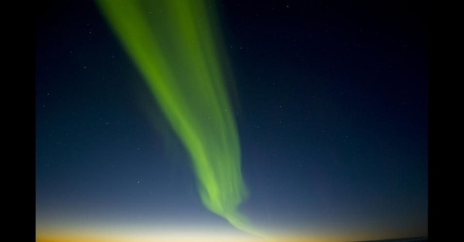 """4.set.2013 - álbum da BBC - As partículas """"excitam"""" gases na atmosfera e depois os tornam brilhantes. As cores dependem do tipo de gás. Brilhos de cor verde ou vermelha são formados a partir do oxigênio. As cores azul e lilás são causadas pelo nitrogênio"""