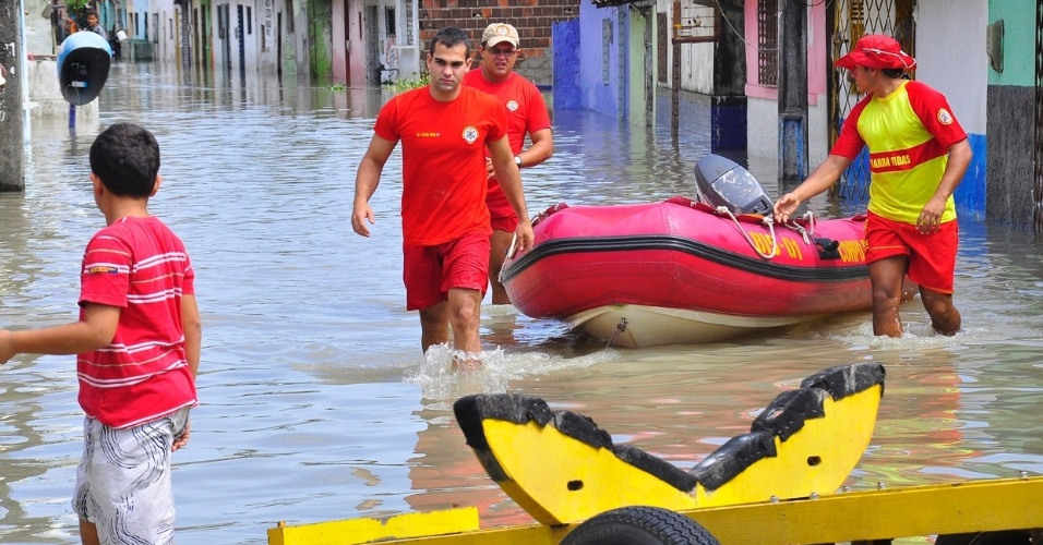 4.set.2013 - Bombeiros seguem à procura de mais vítimas das chuvas que estão isoladas em bairros ribeirinhos, em João Pessoa (PB), após as fortes chuvas desta quarta-feira (4)