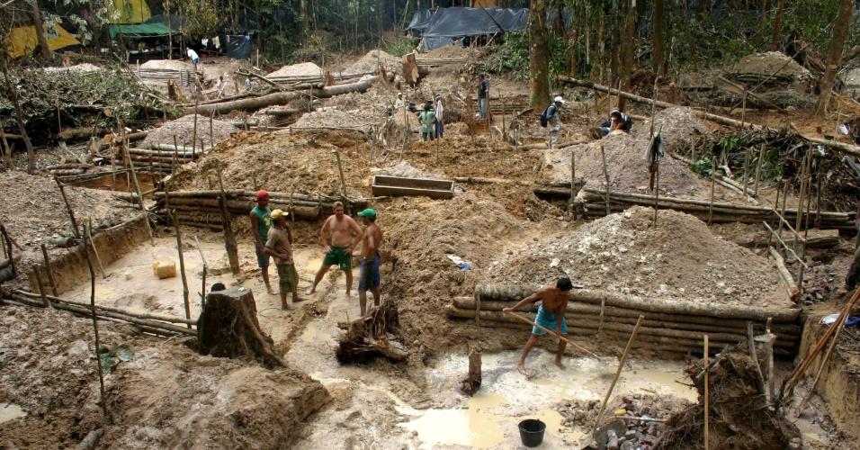 4.set.2013 - Garimpeiros trabalham na margem esquerda do rio Jumã, em Novo Aripuanã, no Amazonas. A mineração é outra fonte de degradação ambiental da região, pois altera o curso da água e de nascentes, contaminando a água com mercúrio e coloca a vida de trabalhadores e comunidades em risco