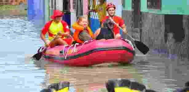 Moradores ilhados em bairros atingidos pelas chuvas em João Pessoa são resgatadas pelos bombeiros - Copom-PB