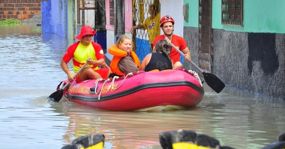 4.set.2013 - Idosos e crianças tiveram prioridade durante resgate de moradores ilhados em bairros atingidos pela chuvas em João Pessoa (PB), nesta quarta-feira (4)