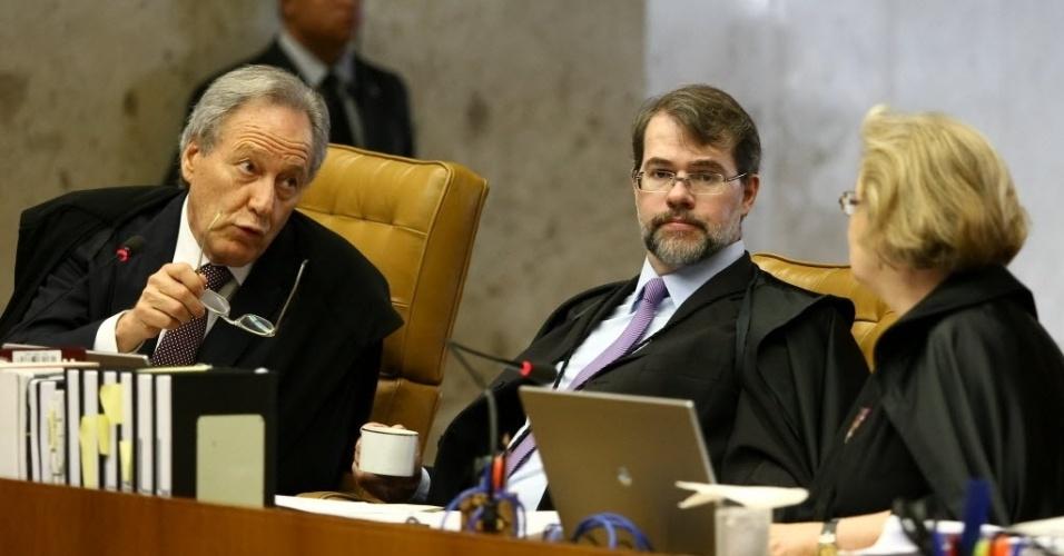 4.set.2013 - O ministro do STF Ricardo Lewandowski conversa com os ministros Dias Toffoli e Rosa Weber durante sessão de retomada do julgamento dos embargos de declaração dos réus da ação penal 470, conhecida como mensalão, nesta quarta-feira (4)