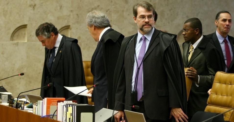 4.set.2013 - O ministro do STF (Supremo Tribunal Federal) Dias Toffoli (centro) toma assento durante a sessão de retomada do julgamento dos embargos de declaração dos réus da ação penal 470, conhecida como mensalão, nesta quarta-feira (4)