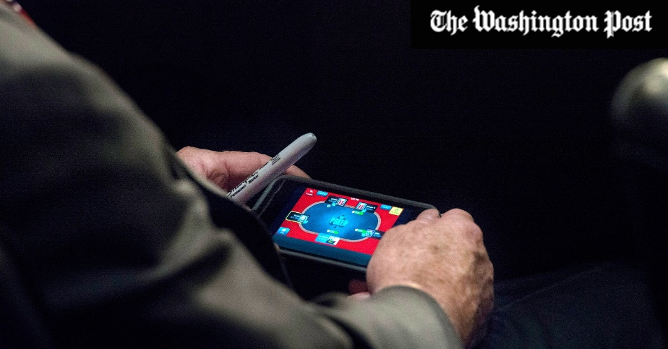 """4.set.2013 - O senador republicano dos EUA John McCain é fotografado jogando poker online durante a primeira audiência no Congresso norte-americano sobre a possível intervenção na Síria. McCain é um dos mais incisivos apoiadores de uma ação militar no país e ironizou em seu twitter oficial o flagra: """"Escândalo! Fui pego jogando no iPhone durante audiência de mais de 3 horas no Senado. O pior de tudo é que perdi!"""""""
