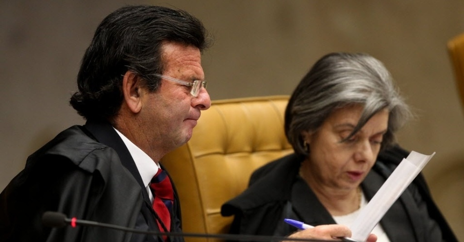 4.set.2013 - Os ministros do STF (Supremo Tribunal Federal) Luiz Fux e Cármen Lúcia atentam aos documentos dos embargos de declaração dos réus condenados na ação penal 470, conhecida como mensalão, durante julgamento nesta quarta-feira