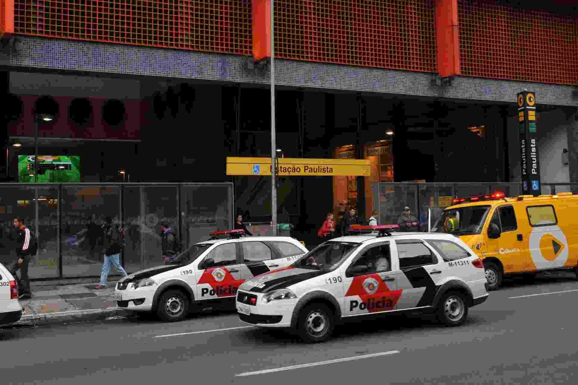 4.set.2013 - Polícia é acionada para averiguar um tumulto que deixou feridos na estação Paulista do metrô em São Paulo, nesta quarta-feira (4). Segundo usuários, algumas pessoas chegaram a se ferir após cair na esteira rolante durante a confusão. A empresa que administra a linha amarela, a Via Quatro, disse que ainda apura as causas e, sem confirmar o número de usuários feridos, disse que algumas pessoas foram atendidas por socorristas da empresa - J. Duran Machfee/Futura Press