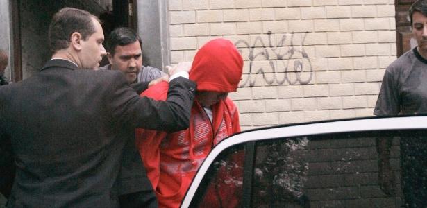"""Polícia Civil do Rio apreende um menor de idade em casa, em Pilares, na zona norte. O jovem é investigado por envolvimento com o grupo anarquista """"Black Bloc"""" - Alessandro Costa/Agência O Dia/Estadão Conteúdo"""