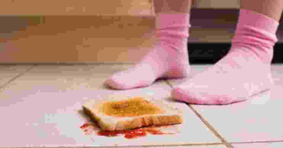 4.set.2013 - torrada caída no chão - Ao passar manteiga na torrada, a pessoas acaba alterando a textura da superfície do pão, mudando a rotação que a comida realiza ao cair da mesa - Getty Images/Thinkstock