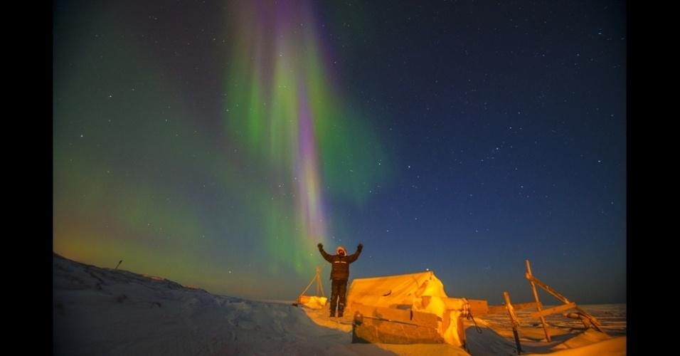 """4.set.2013 - álbum da BBC - """"Ver a aurora boreal de perto cria uma sensação de euforia"""", disse o fotógrafo. """"É algo surpreendente o bastante para que as pessoas passem a noite no frio para ver"""""""
