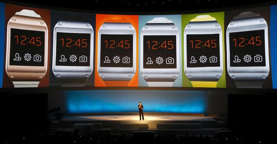 """Com o relógio Galaxy Gear, também é possível receber e fazer ligações, bastando fazer o tradicional gesto de """"telefonar"""" com a mão perto da orelha. O Gear também aceita comandos de voz, conhecidos como S Voice"""