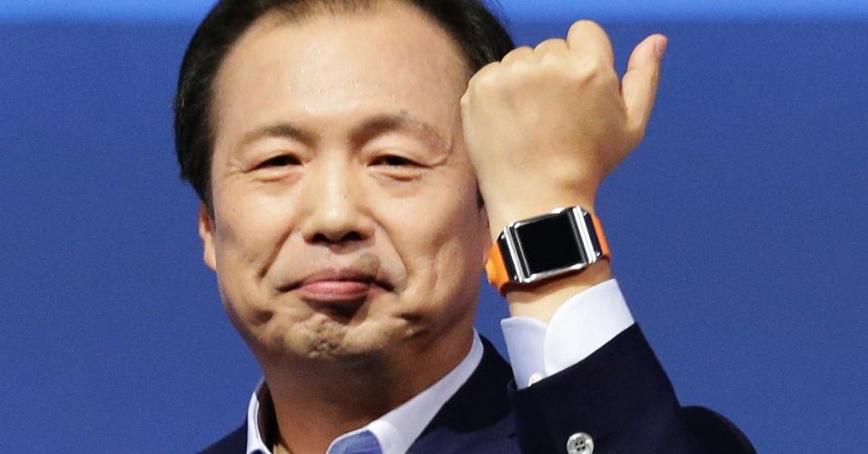 O Galaxy Gear possui processador de 800 MHz, uma tela de 1,63 polegadas, 4 GB de memória interna e conexão Bluetooth (pela qual o dispositivo se conecta com um smartphone). O relógio ainda vem com uma câmera de 1,3 megapixel com função de auto-foco. A ideia da câmera, segundo a Samsung, é que os usuários possam tirar fotos durante atividades físicas ou compartilhar imagens do cotidiano em redes sociais