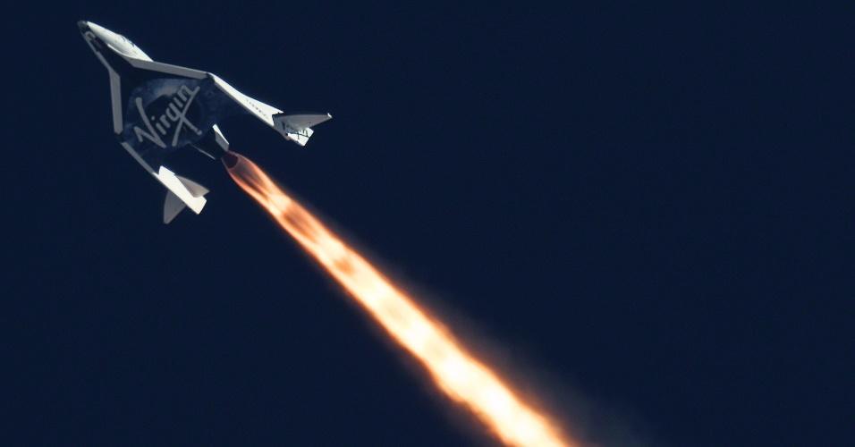 5.set.2013 - A operadora de turismo espacial Virgin Galatic fez nesta nesta quinta-feira (5) o segundo teste supersônico da nave SpaceShipTwo sobre o deserto de Mojave, na Califórnia, nos Estados Unidos. A nave, que decolou por volta das 12h (no fuso de Brasília) e voou a 14 mil metros, completou todas as etapas de uma missão orbital, quebrando a barreira do som e usando o sistema de reentrada na atmosfera terrestre com sucesso. Além disso, quando acionou seu propulsor de foguete, a nave quebrou os recordes de altitude, chegando a mais de 19,8 mil metros, e de velocidade, com cerca de 544,46 m/s (mach 1.6)