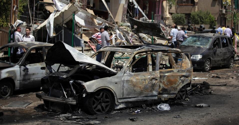 5.set.2013 - Cenário de destruição após atentado contra o ministro do Interior egípcio, Mohammed Ibrahim, no distrito de Nasser, no Cairo, Egito, nesta quinta-feira (5). Ninguém assumiu a autoria ainda