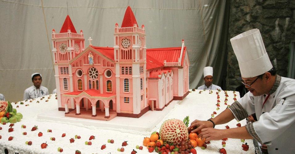 5.set.2013 - Cozinheiro finaliza bolo gigante nesta quinta-feira (5) em Baguio (Filipinas). Cozinheiros preparam um total de seis bolos com detalhes de locais históricos do país e cerca de 8.000 pessoas comeram os doces