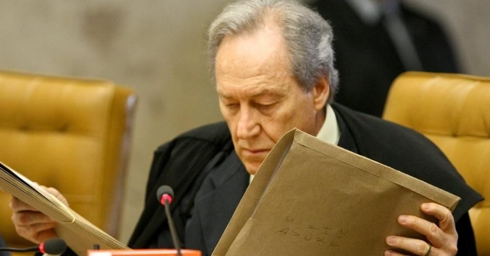 5.set.2013 - Ministro Ricardo Lewandowski segura um envelope com as iniciais de alguns réus. Os ministros do STF (Supremo Tribunal Federal) podem terminar essa fase nesta quinta-feira (5) e definir se julgarão ou não os embargos infringentes, que poderiam levar a um novo julgamento para alguns réus