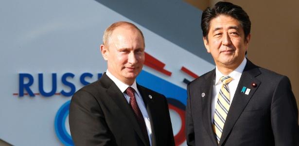 O primeiro-ministro japonês, Shinzo Abe, e o presidente russo Vladimir Putin, em encontro na Rússia em 2013
