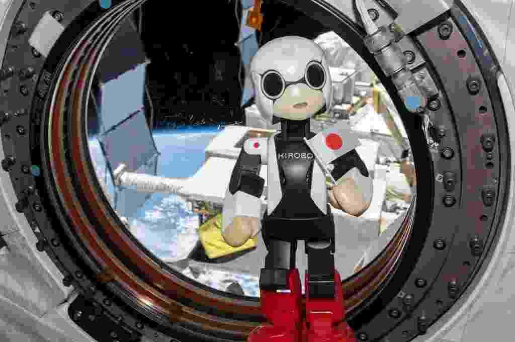 5.set.2013 - O robô humanoide Kirobo fala na Estação Espacial Internacional (ISS), em foto de 21 de agosto divulgada nesta quarta-feira (5). O pequeno robô japonês, enviado para fazer companhia a um astronauta nipônico, pronunciou as primeiras palavras de um robô no espaço, anunciaram os criadores do androide - Kibo Robot/AFP