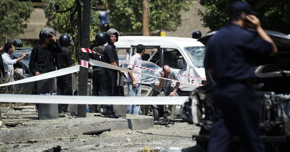 5.set.2013 - Peritos analisam local do atentado, em Nasser, no Egito, Civil ferido é atendido por equipe médica após atentado contra o ministro do Interior egípcio, Mohammed Ibrahim, no distrito de Nasser, no Cairo, Egito, nesta quinta-feira (5)