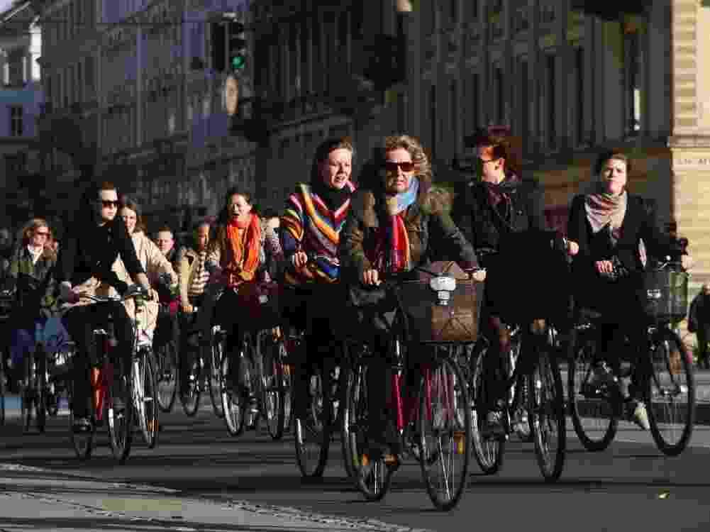 """5.set.2013 - Pessoas pedalam na rua com maior movimento de bicicletas no mundo, Nørrebrogade, em Copenhague (Dinamarca), que ocupa o segundo lugar de um ranking das 20 cidades do mundo mais """"amigas"""" dos ciclistas. A lista foi elaborada pela consultoria dinamarquesa Copenhagenize, especializada no planejamento do uso de bicicletas em espaços urbanos. Cento e cinquenta cidades foram analisadas sob 13 parâmetros, como segurança, planejamento urbano, infraestrutura, programas de empréstimo de bicicletas, integração com outros modais (metrô, trem, ônibus), políticas públicas, entre outros - Divulgação/Copenhagenize Design Co."""