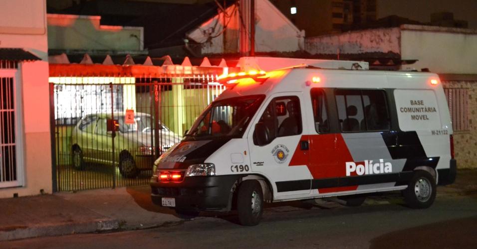 5.set.2013 - Polícia investiga casa de boliviano esfaqueado durante assalto à residência, no bairro da Mooca, zona leste de São Paulo na noite desta quarta-feira (4). Insatisfeitos com os R$ 150 entregues pelos dois moradores, o grupo de cinco ladrões exigiu as chaves do carro da vítima. O boliviano se recusou a entregar o carro e foi esfaqueado. Os ladrões fugiram sem levar o veículo