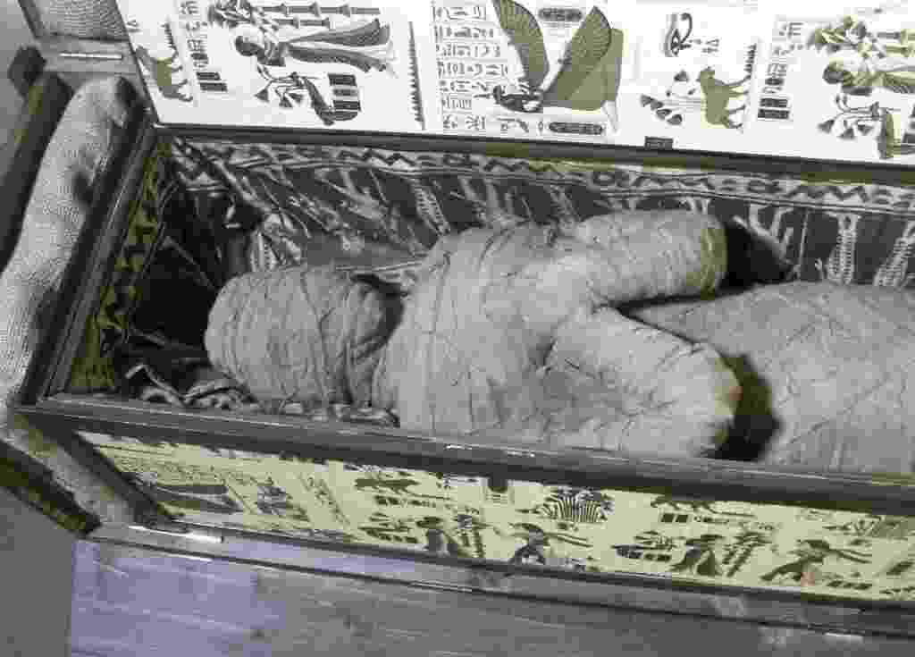 5.set.2013 - Um garoto de dez anos encontrou um sarcófago com uma múmia no sótão da casa de seus avós, junto com outros artefatos egípcios, em Diepholz, na Alemanha. Uma tomografia revelou que o esqueleto bem preservado é humano, mas ainda são necessários novos exames para comprovar sua autenticidade. Um especialista desconfia que a 'múmia' foi montada com partes de corpo diferente e depois enroladas com tecido - Lutz Wolfgang Kettler/Efe