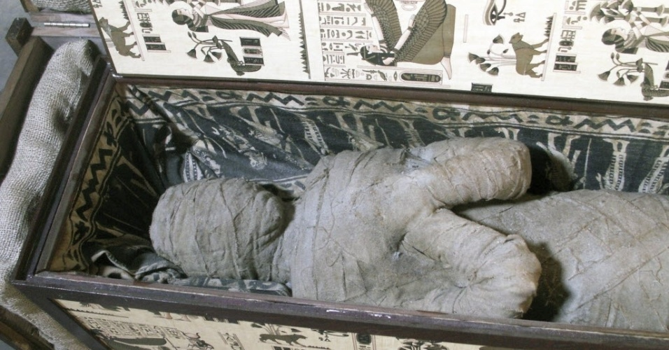 5.set.2013 - Um garoto de dez anos encontrou um sarcófago com uma múmia no sótão da casa de seus avós, junto com outros artefatos egípcios, em Diepholz, na Alemanha. Uma tomografia revelou que o esqueleto bem preservado é humano, mas ainda são necessários novos exames para comprovar sua autenticidade. Um especialista desconfia que a 'múmia' foi montada com partes de corpo diferente e depois enroladas com tecido