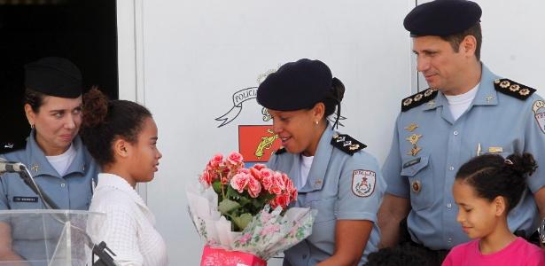 A major Pricilla de Oliveira Azevedo recebe flores de moradora da Rocinha em solenidade da troca de comando de 25 UPPs no Rio de Janeiro - Bruno Gonzalez /O Globo