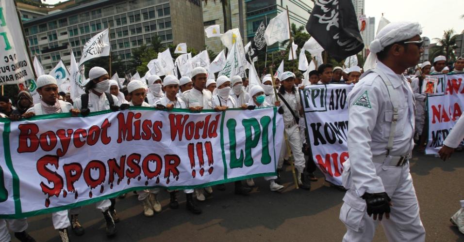 6.set.2013 - Pelo quinto dia seguido, muçulmanos radicais da Indonésia protestam contra a realização do Miss Mundo 2013 no país. No cartaz, lê-se: