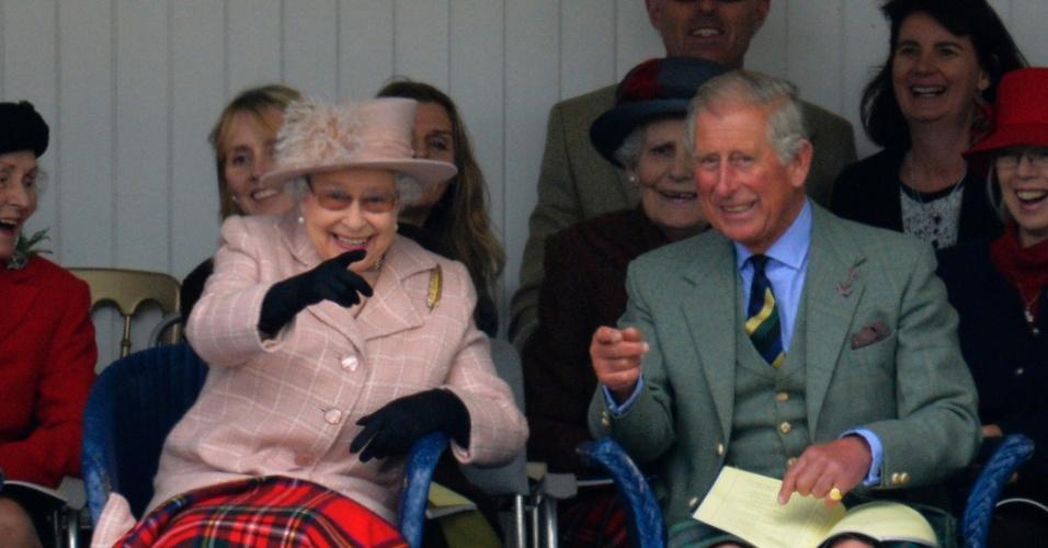 7.set.2013 - A rainha Elizabeth e o príncipe Charles assistem a uma corrida de saco durante o ?Highland Games?, uma série de tradicionais jogos escoceses que acontecem anualmente em Braemar, Escócia