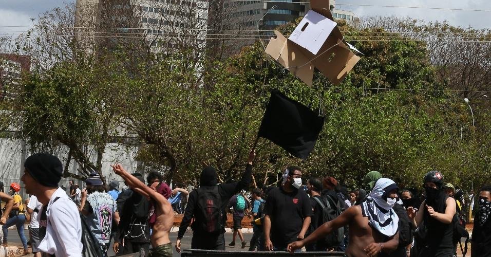 7.set.2013 - Manifestantes viram lixeiras e interditam a pista da avenida W3 Norte, na Asa Norte de Brasília, próximo à TV Globo. Na tentativa de invasão da emissora, houve confronto com os policiais