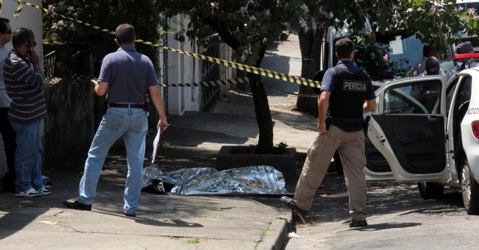7.set.2013 - Três suspeitos tentaram assaltar a casa de um policial civil, na região de Pinheiros, zona oeste de São Paulo, na manhã deste sábado (7). Houve troca de tiros e um assaltante morreu
