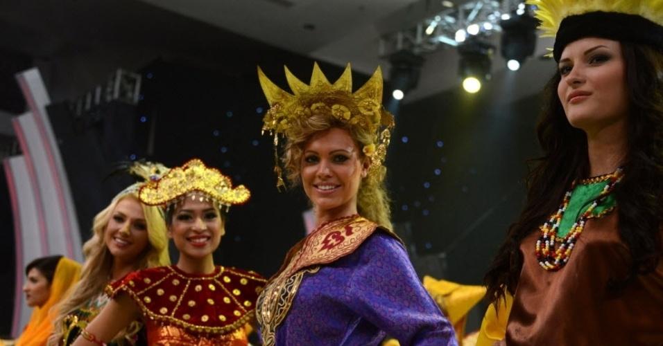 8.set.2013 - Beldades do Miss Mundo 2013 posam para foto durante cerimônia de abertura do concurso de beleza, em Nusa Dua, em um resort na ilha de Bali, na Indonésia. O local esteve sob forte esquema de segurança, depois de dias de protestos de radicais muçulmanos, que resultaram na mudança do local escolhido para a realização do concurso de beleza. A final acontece no dia 28 de setembro