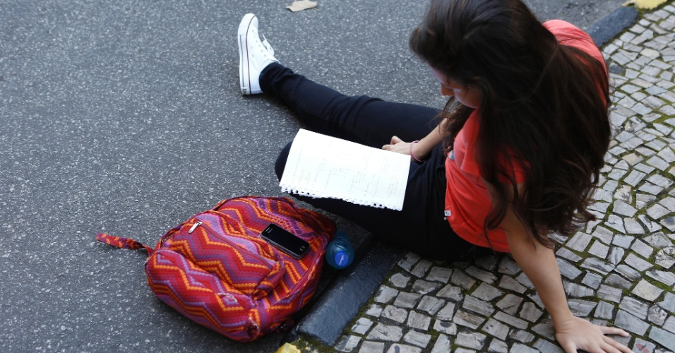 8.set.2013 - Candidata revisa o material de estudos antes do segundo exame de qualificação do vestibular 2014 da Uerj (Universidade do Estado do Rio de Janeiro)