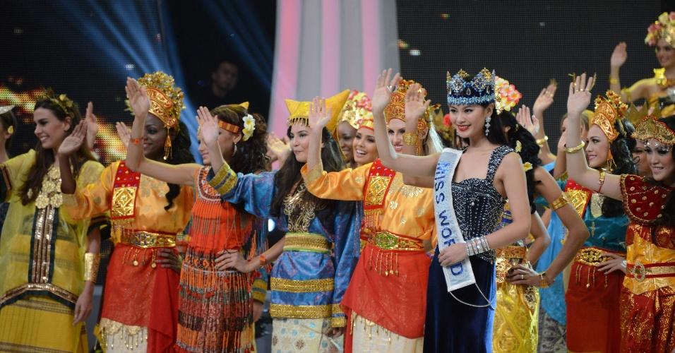 8.set.2013 - Candidatas do Miss Mundo 2013 acenam para o público durante a abertura da cerimônia, em Nusa Dua, em um resort na ilha de Bali, na Indonésia, neste domingo (8). O concurso de beleza foi iniciado em meio a um forte esquema de segurança, depois de dias de protestos de radicais muçulmanos, que resultaram na mudança do local escolhido para a realização do concurso de beleza