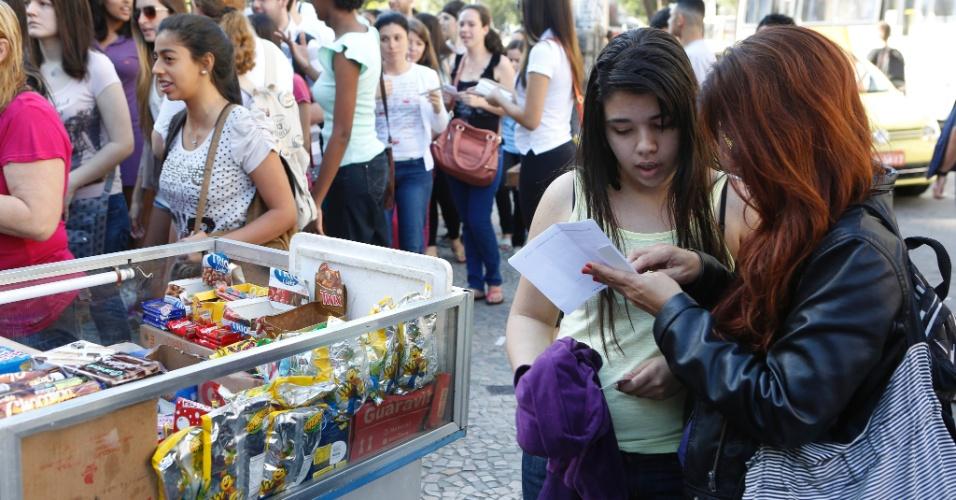 8.set.2013 - Candidatos aguardam o início do segundo exame de qualificação do vestibular 2014 da Uerj (Universidade do Estado do Rio de Janeiro)
