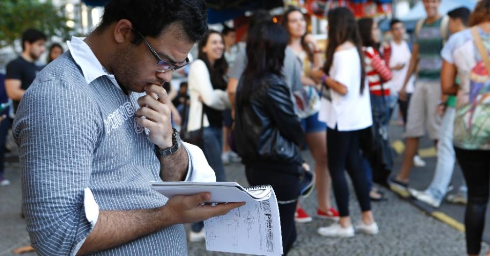 8.set.2013 - Estudante aproveita para revisar o conteúdo antes do segundo exame de qualificação do vestibular 2014 da Uerj (Universidade do Estado do Rio de Janeiro)