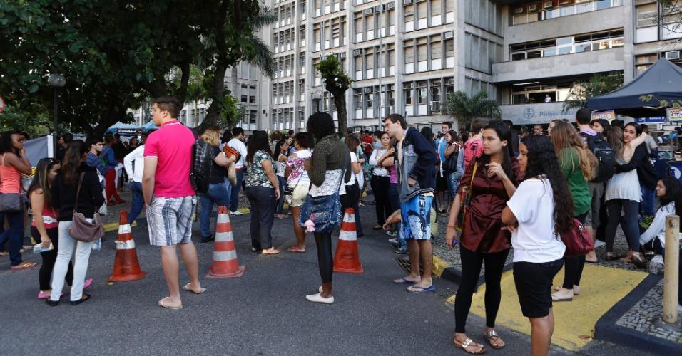 8.set.2013 - Estudantes aguardam o início do segundo exame de qualificação do vestibular 2014 da Uerj (Universidade do Estado do Rio de Janeiro)