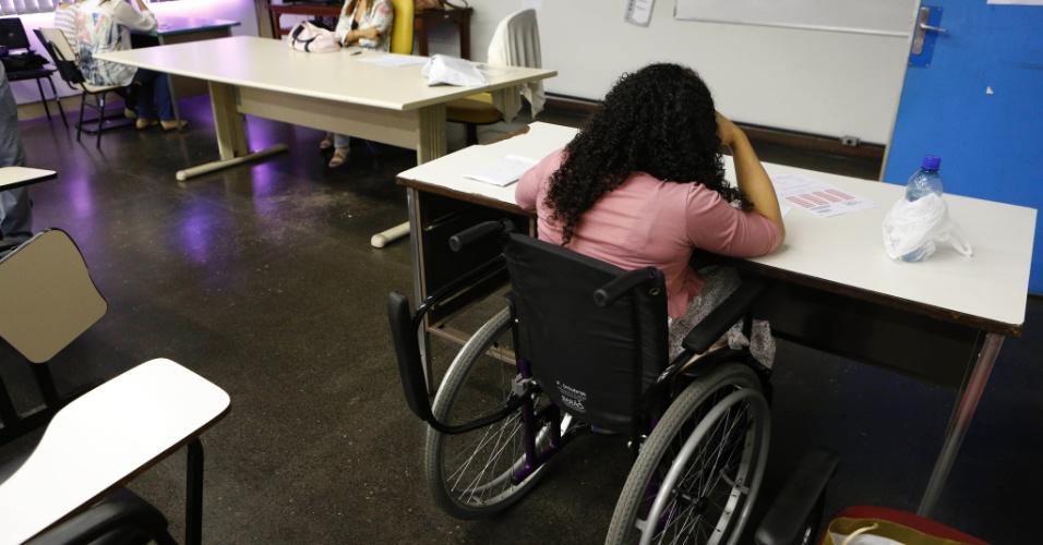8.set.2013 - Estudantes com deficiência durante o segundo exame de qualificação do vestibular 2014 da Uerj (Universidade do Estado do Rio de Janeiro). A prova teve 10,49% de abstenção, do total de 67.702 inscritos