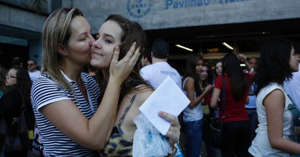 8.set.2013 - Nubia Dall Agnol se depede da filha Brenda Dall Agnol, 18, antes da realização do segundo exame de qualificação do vestibular 2014 da Uerj (Universidade do Estado do Rio de Janeiro)