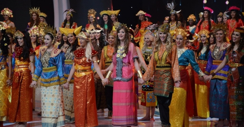 8.set.2013 - Participantes do Miss Mundo 2013 cantam durante cerimônia de abertura do concurso de beleza, em Nusa Dua, em um resort na ilha de Bali, na Indonésia. O local esteve sob forte esquema de segurança, depois de dias de protestos de radicais muçulmanos, que resultaram na mudança do local escolhido para a realização do concurso de beleza. A final acontece no dia 28 de setembro