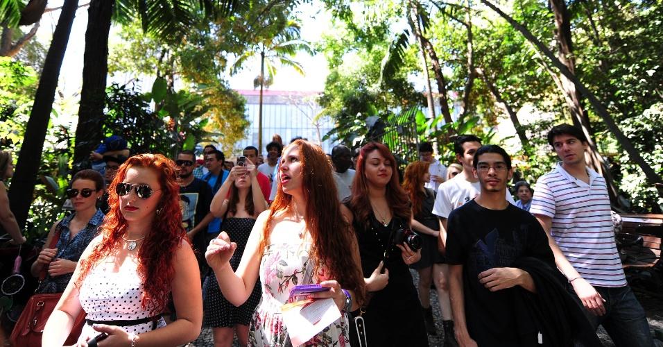 """8.set.2013 - """"Vermelhou"""" no parque Trianon, em Jardim Paulista, São Paulo, na manhã deste domingo (8). Garotas e garotos de cabelos vermelhos, naturais ou tingidos, além de admiradores da cor de cabelo, participaram da segunda edição do Encontro de Ruivas, que tem como objetivo não só discutir cuidados específicos com cabelos dessa tonalidade, mas promover uma interação entre os que possuem fios vermelhos na cabeça. Os participantes fizeram um luau urbano, com músicas tocadas ao violão"""