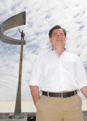 9.ago.2013 - Ex-senador Roger Pinto Molina passeia por Brasília após crise diplomática entre Brasil e Bolívia