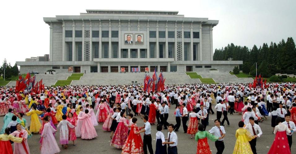 9.set.2013 - Apresentações de danças típicas foram feitas com a participação de toda a população da Coreia do Norte, nesta segunda-feira (9), durante comemoração dos 65 anos de fudnação do país, diz comunicado oficial do governo norte-coreano